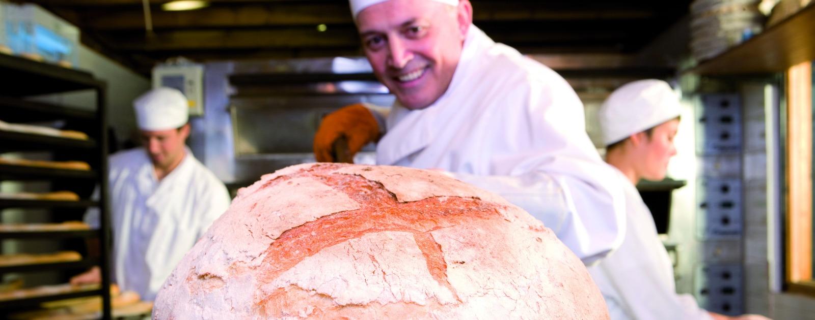 Boulanger enfourne pain